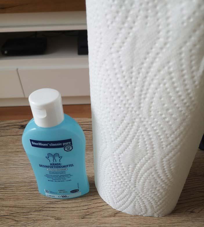 Desinfektionsmittel mit Küchenrolle